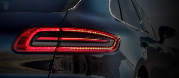 задний фонарь автомобиля