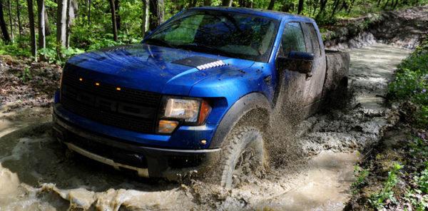 авто едет по грязи