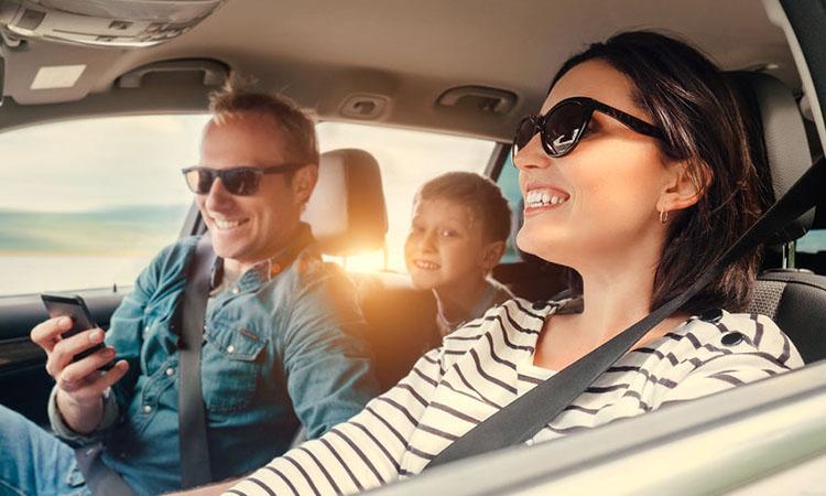 счастливые люди в автомобиле