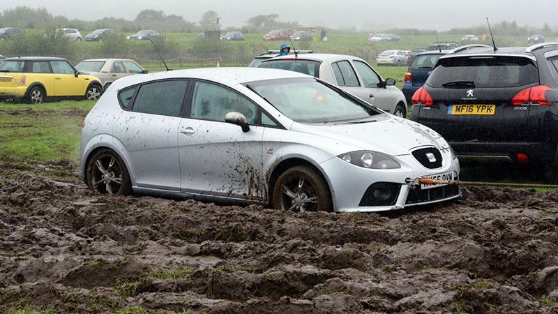 вытаскивают авто из грязи