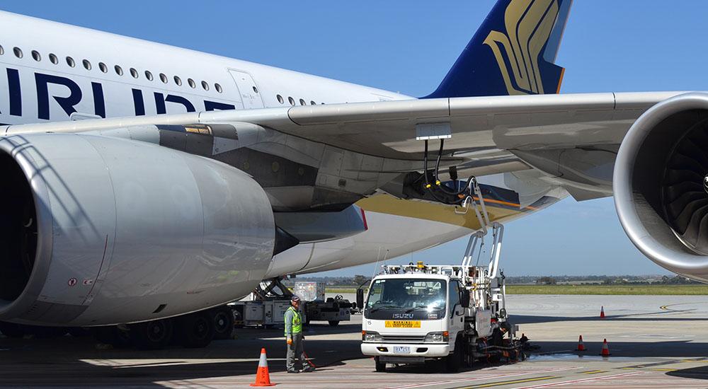 заправка самолета керасином